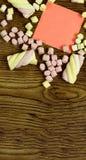 Una etiqueta engomada para su texto Copie el espacio adornado con los dulces de la melcocha Concepto del amor en fondo de madera Fotos de archivo