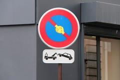 Una etiqueta engomada que representaba sacudiendo las manos fue pegada en una señal de tráfico en París (Francia) Imagen de archivo