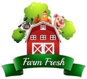 Una etiqueta fresca de la granja con un cortijo y los animales del campo ilustración del vector
