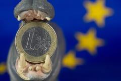 Una euro moneta in bocca della figurina dell'ippopotamo Fotografie Stock Libere da Diritti