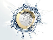 Una euro moneta sta cadendo nell'acqua Immagine Stock Libera da Diritti