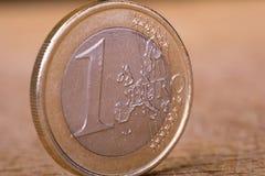 Una euro moneta su legno Fotografie Stock Libere da Diritti