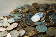 Una euro moneta sulle monete delle rubli russe Fotografia Stock