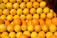 Una exhibición agradable de filas de naranjas y de limones en Portland, Oregon Imagen de archivo libre de regalías