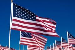 Una exhibición de banderas americanas con un fondo del cielo Fotografía de archivo libre de regalías