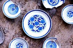 Una exhibición de la porcelana azul y blanca de China imágenes de archivo libres de regalías