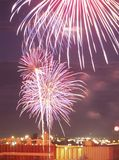 Una exhibición de los fuegos artificiales sobre el Duluth, puerto del manganeso Foto de archivo libre de regalías