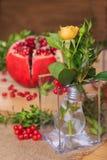 Una exposición hermosa de flores y de la fruta Imagen de archivo libre de regalías