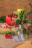 Una exposición hermosa de lámparas y de frutas Foto de archivo