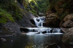 Una exposición larga de la cascada tranquila Imagen de archivo libre de regalías