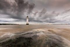 Una exposición larga de nubes pesadas como derivan sobre nuevo Brighton Lighthouse foto de archivo libre de regalías