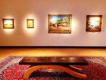 Una exposici?n de arte dentro del museo de New Britain del arte americano foto de archivo