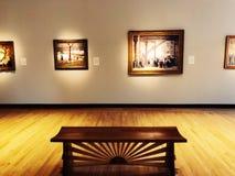 Una exposici?n de arte dentro del museo de New Britain del arte americano imagenes de archivo