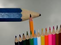 Una extremidad estándar del carbono sube delante de un lápiz borroso grande imagen de archivo