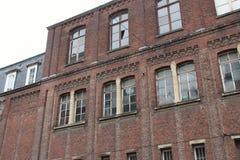 Una fábrica ladrillo-construida fue cerrada abajo en Lille (Francia) Foto de archivo
