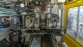 Una fábrica para el hyperlapse plástico del timelapse de la producción del bote El transportador en la fábrica almacen de metraje de vídeo