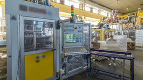 Una fábrica para el hyperlapse plástico del timelapse de la producción del bote El transportador en la fábrica metrajes