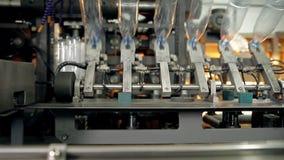 Una fabbricazione delle bottiglie di plastica per acqua stock footage