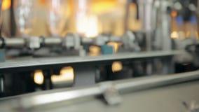 Una fabricación de las botellas plásticas para el agua almacen de metraje de vídeo