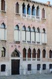 Una facciata con le finestre ornamentali Fotografia Stock