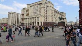 Una facciata dell'hotel Moskva dell'hotel di quattro stagioni dal quadrato di Manege Mosca, Russia stock footage