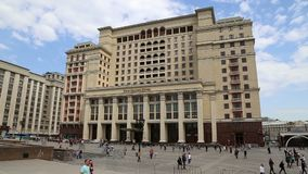 Una facciata dell'hotel Moskva dell'hotel di quattro stagioni dal quadrato di Manege Mosca, Russia video d archivio