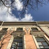 Una fachada anaranjada soleada en el corazón de Odessa, Ucrania Fotos de archivo