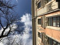 Una fachada anaranjada y beige soleada en el corazón de Odessa, Ucrania Foto de archivo