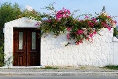 Una fachada egea típica del stonehouse del estilo fotografía de archivo libre de regalías