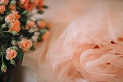 Una falda o un vestido de Tulle y un ramo de rosas del color coralino ilustración del vector