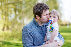 Una famiglia caucasica felice di due: Ragazzo andbaby del giovane padre in sprin Fotografia Stock Libera da Diritti