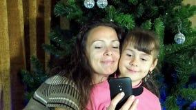 Una famiglia che gioca in Smartphone stock footage