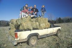 Una famiglia che si siede sulle balle di fieno, Immagini Stock