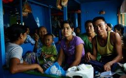 Una famiglia che viaggia su un traghetto di notte fotografia stock
