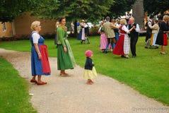 Una famiglia con una piccola gente dell'orologio della ragazza balla Fotografia Stock Libera da Diritti