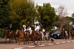 Una famiglia dei cavalieri nel Sudamerica immagini stock