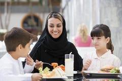 Una famiglia del Medio-Oriente che gode di un pasto fotografie stock