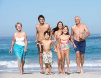 Una famiglia delle tre generazioni in vacanza sulla spiaggia Fotografia Stock
