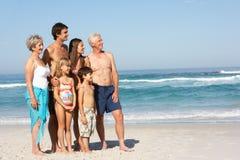 Una famiglia delle tre generazioni in vacanza sulla spiaggia Immagini Stock Libere da Diritti