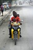 Una famiglia di cinque su un motorino Immagini Stock Libere da Diritti