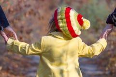 Una famiglia di due generazioni che cammina in Forest Close Up Rear View autunnale Fotografia Stock