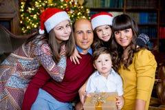 Una famiglia di Natale di cinque genti, dei genitori felici e dei loro bambini Immagine Stock