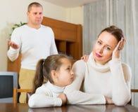 Una famiglia di tre che hanno conflitto Immagine Stock
