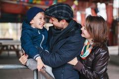 una famiglia di tre felice madre, padre e figlio, conversazione di risata sorridente l'un l'altro, Fotografie Stock