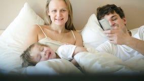 Una famiglia di tre felice TV di sorveglianza di mattina archivi video