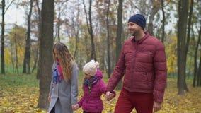 Una famiglia di tre foglie dorate godenti in autunno video d archivio