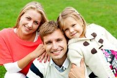 Una famiglia di tre gioiosa. Amore e preoccuparsi fotografia stock