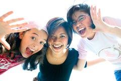 Una famiglia di tre ragazze nell'espressione di divertimento Immagini Stock