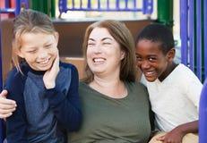 Una famiglia di tre ridente scioccamente al parco Immagine Stock