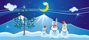 Una famiglia di tre snomans si avvicina all'albero di Natale   Fotografia Stock